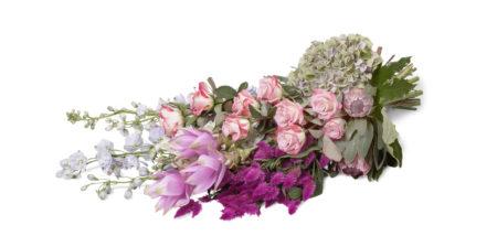 Eenzijdig rouwboeket gegroepeerd als seizoenboeket